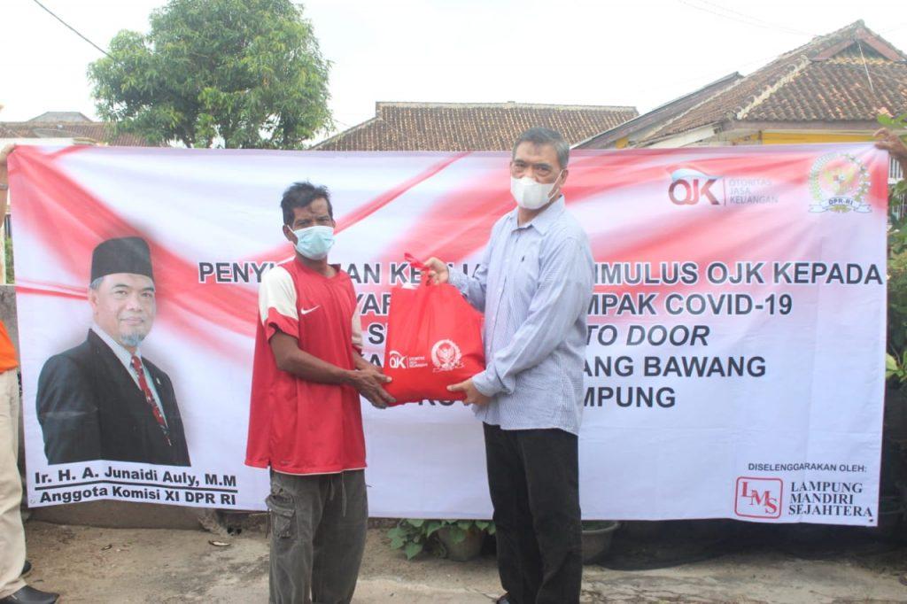 Anggota DPR Junaidi Auly Berikan Paket Bahan Pokok Pada Penyuluhan Stimulus OJK di Lampung
